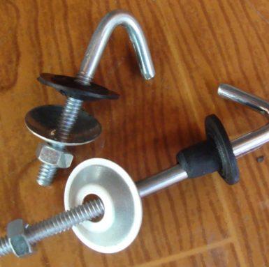 J帶有墊圈,螺母和橡膠套件的螺栓鉤已組裝